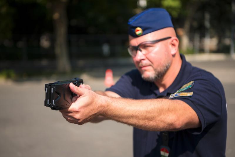 Jön az új rendőrségi sokkoló: bonyolult, de teljesen biztonságos, nagy izomcsoportokat kell vele eltalálni – videó
