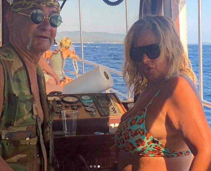 Szulák Andrea bikinire vetkőzött, és három férfival mulatott – pikáns fotók