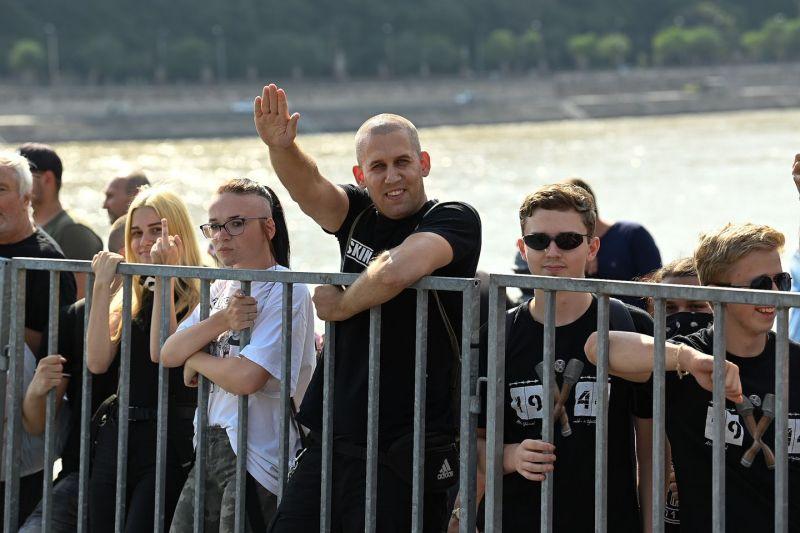 """Pride: """"Mocskos buzik"""", """"Ria, ria, Hungária"""" – náci karlendítéssel tüntettek a felvonulók ellen"""