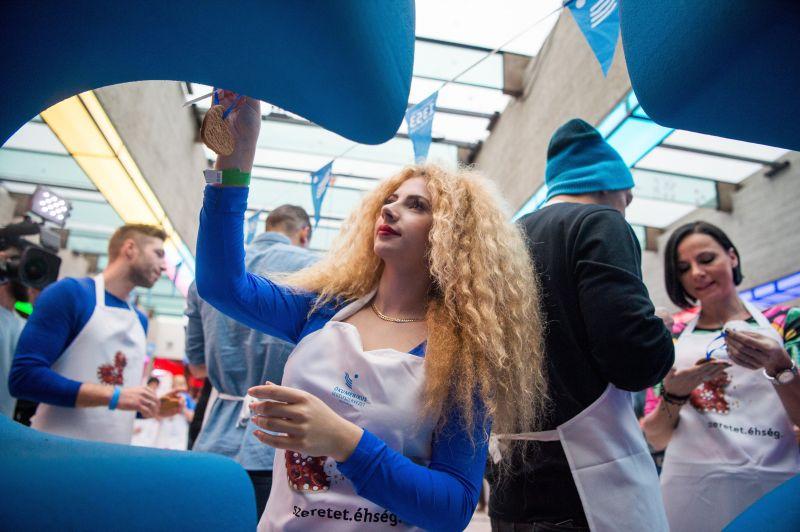 Az X-Faktor győztes énekesnő melltartóban promózza a fellépéseit
