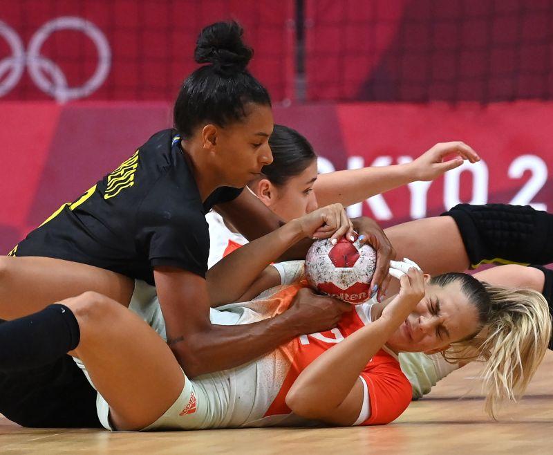 Negyeddöntőt ért a svédek legyőzése a női kézilabda-válogatottnak