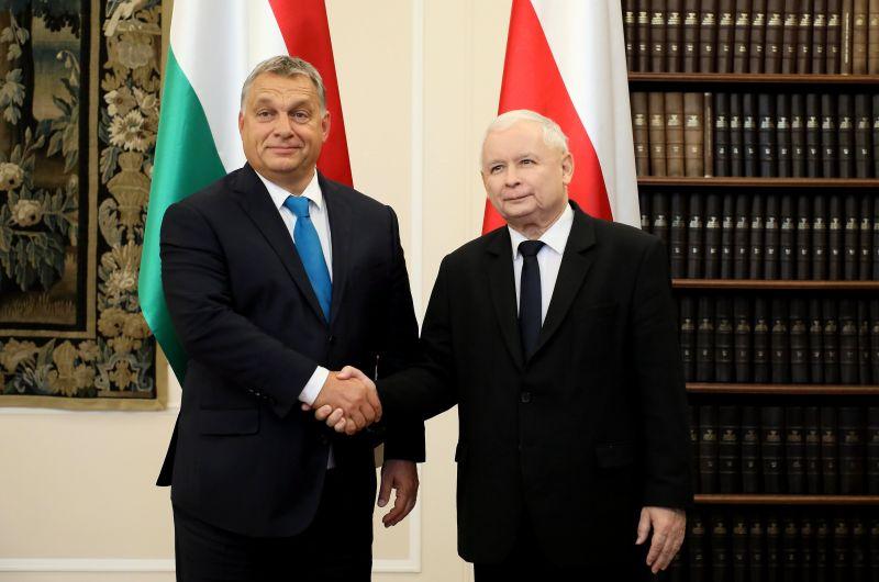 Orbán lengyel haverjai mégsem mennek el a falig: visszakozik a varsói kormány az igazságügyi reform ügyében