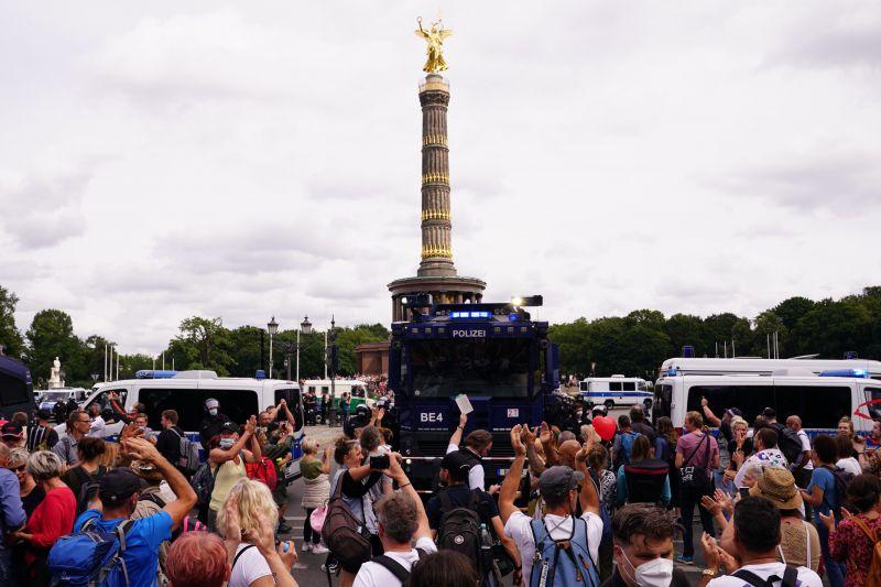 Több száz letartóztatott, tüntetőkkel csaptak össze a rendőrök Berlinben