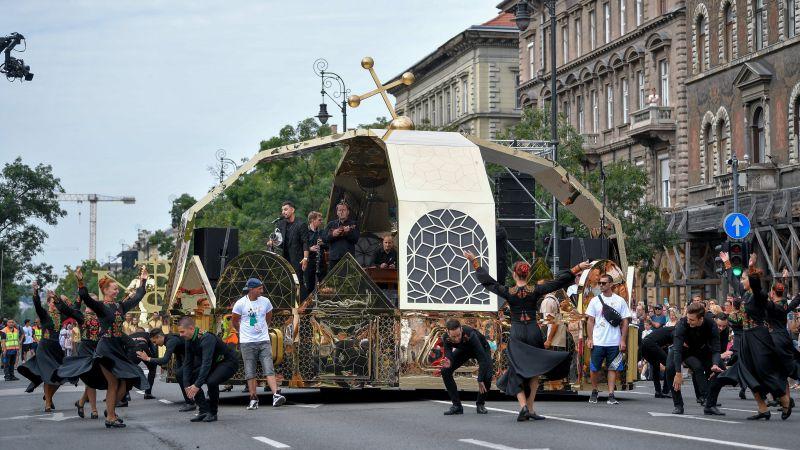 Sámánok, koronában éneklő celeb és félmeztelen férfiak a turulmadár alatt – így zajlott a felvonulás Budapesten