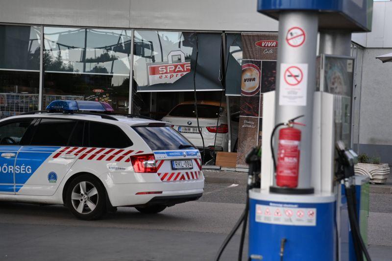 Benzinkút épületébe csapódott egy autós Budapesten