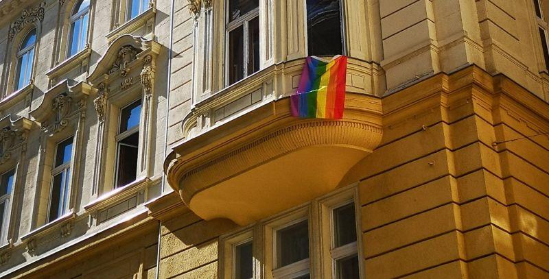 """Le akarják vetetni a lakók a szivárványos zászlót egy budapesti iroda ablakából, mert """"zavarja a nyugalmukat"""""""