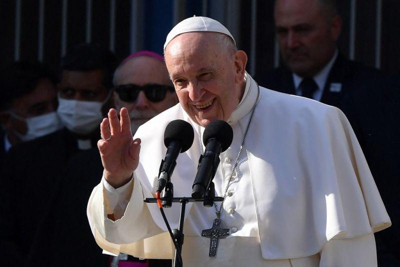 Ferenc pápa még a repülőre szállása előtt is elsütött egy viccet, hatalmas nevetés kísérte