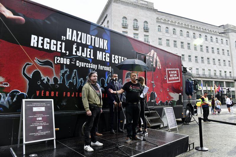 Rettegnek Orbánék? Vándorkiállítást indítanak, hogy kire nem szabad voksolni jövőre