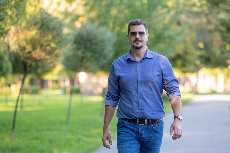 Meghívták a gyanúsan integető ózdi alpolgármestert a Holokauszt Központba – Ezt válaszolta