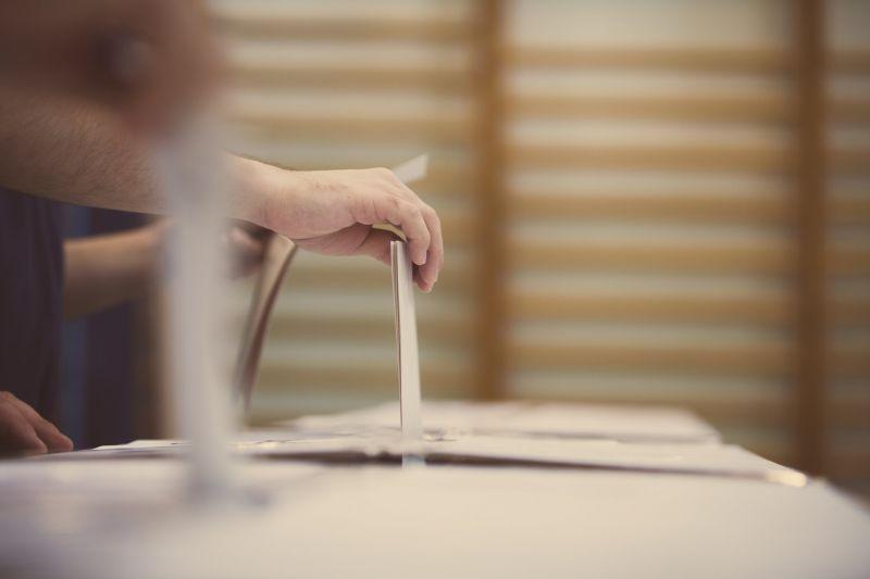 Teljes az összeomlás: hétfő reggelig leállították az előválasztást