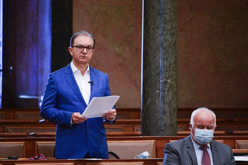 Belekeveredett a Partizán is a zuglói ellenzéki belviszályba, az MSZP-s képviselő feljelenti Gulyás Mártont
