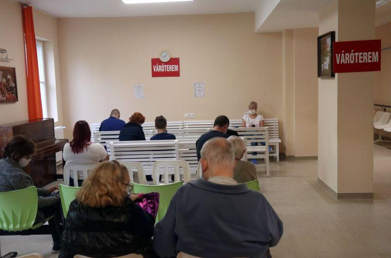 Két beteg meghalt, újabb 526 magyar állampolgár lett koronavírusos