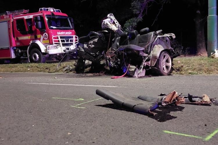 Kettészakadt egy autó Dunaújvárosban, két ember meghalt