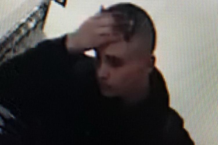 Fizetés nélkül távozott a miskolci plázából a képen látható fiatal férfi
