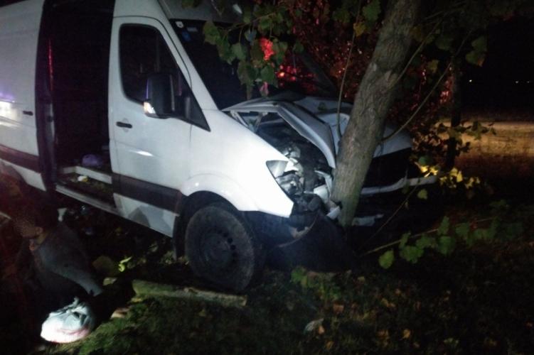 Harmincegy emberrel hajtott fának egy furgon Abdánál