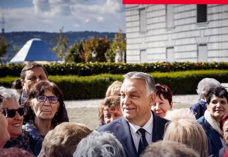 """Orbán Viktor egri nénik gyűrűjében fotózkodott a Várban, aztán megjelent Lázár János, aki annyit mondott: """"elnök úr, munkaidő van!"""""""