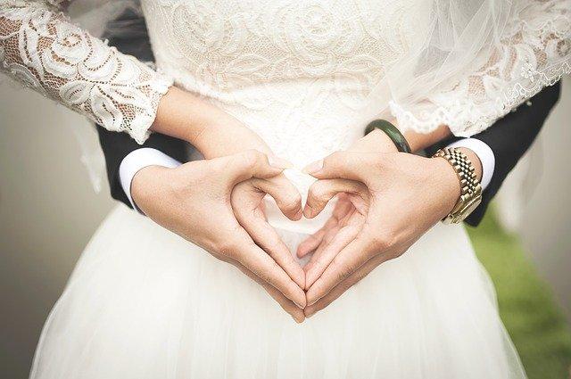 Csak az anyag több mint 300 ezer forintba kerülhetett Várkonyi Andrea esküvői ruháján – itt vannak a részletek!