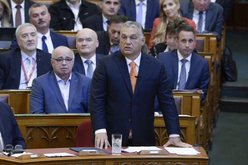 Erős képsorok: nem tudnak nem nevetni Orbán poénjain a mögötte ülő hívei