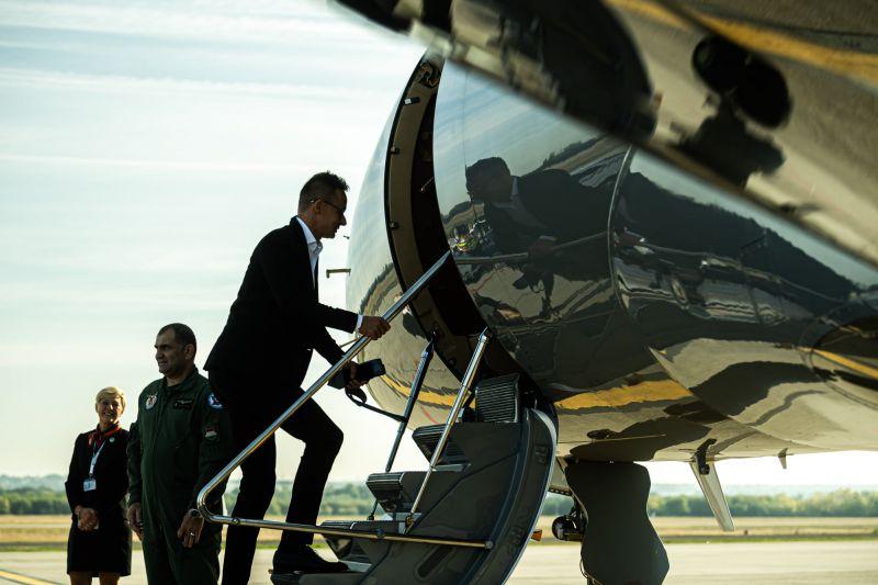 Hadházy szerint a luxus miatt kellett Szijjártó ülepe alá egy 150 személyes Airbust utánaküldeni Üzbegisztánba