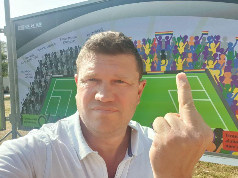Középső ujját mutatta a fideszes képviselő, annyira dühbe gurult egy kiállítás miatt – fotó