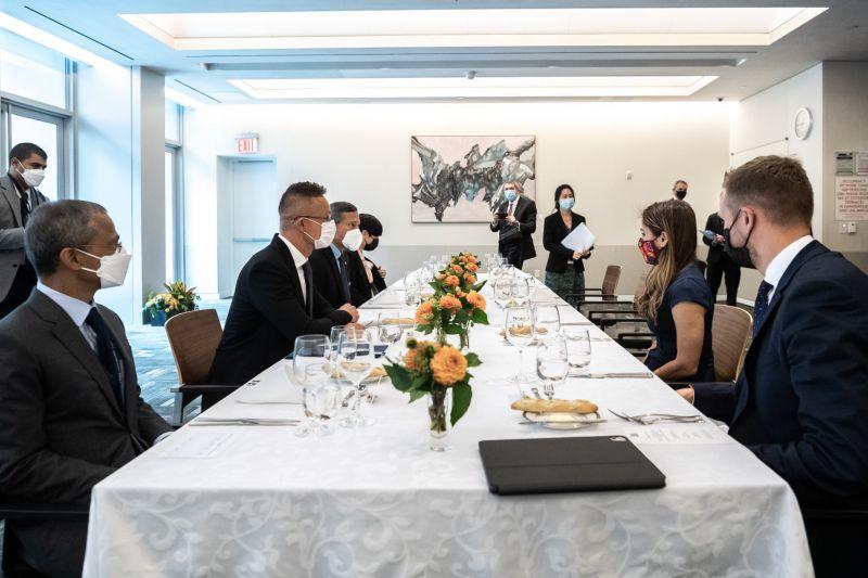 Tizenhárom ország külügyminiszterével folytatott kétoldalú tárgyalást Szijjártó Péter New Yorkban