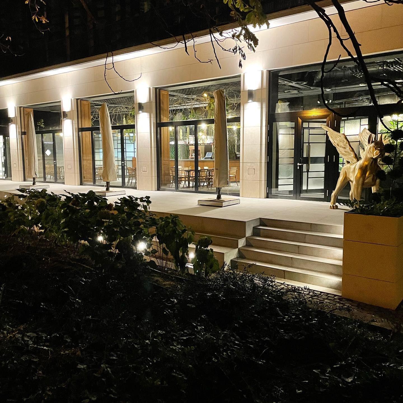Buja sarkok, őrült terek – megnyílt Schmidt Mária étterme, a Marischka