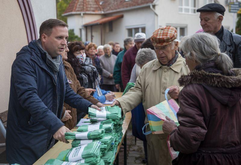 Fideszes politikusok osztogatják a lombgyűjtő zsákokat – elképesztő az érdeklődés