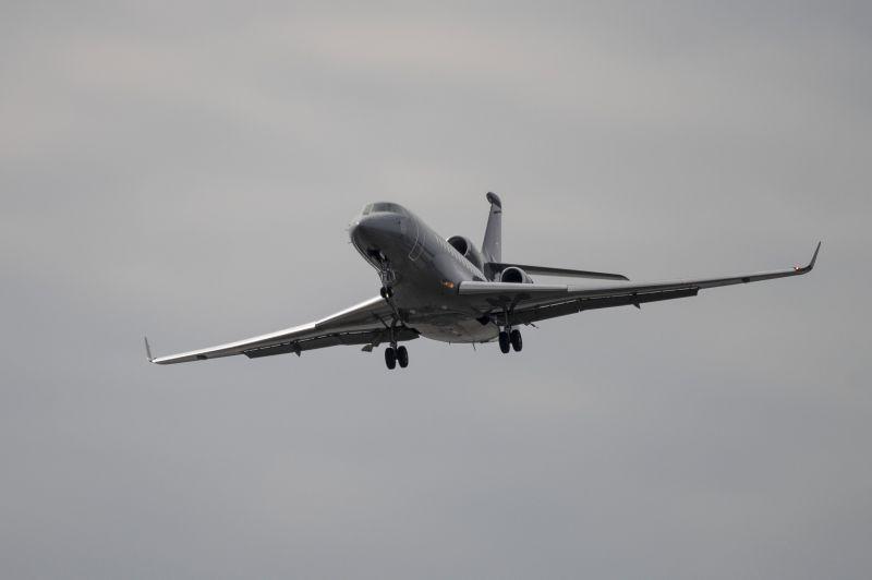 Micsoda véletlen! Bordeaux-ban járt a honvédség repülője, ahol Mészáros Lőrinc üzlettársa éppen birtokot vásárolt