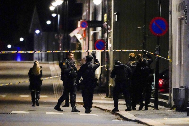 Felfegyverzik a norvég rendőröket, miután egy férfiú íjjal megölt öt járókelőt