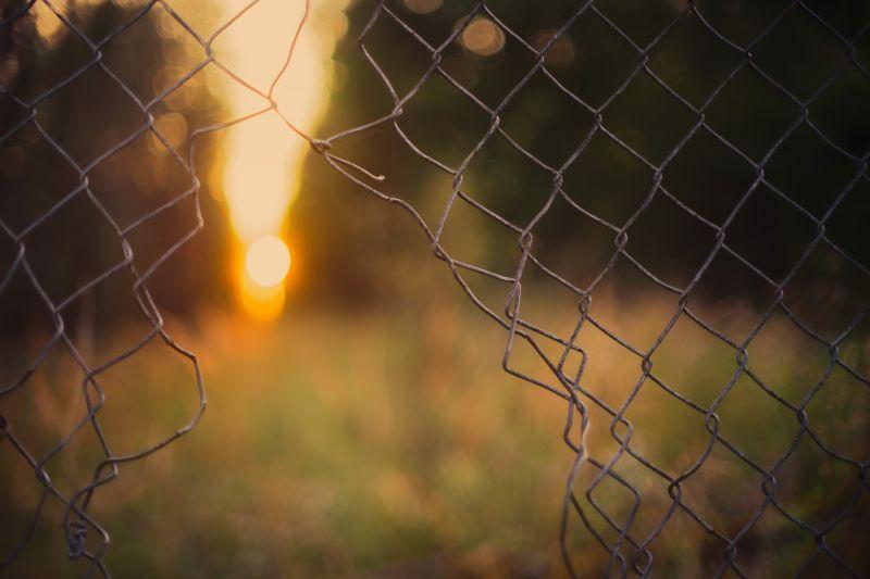 Elege lett: erővágóval esett a kerítésnek a Velencei Korzó lezárása miatt egy férfi