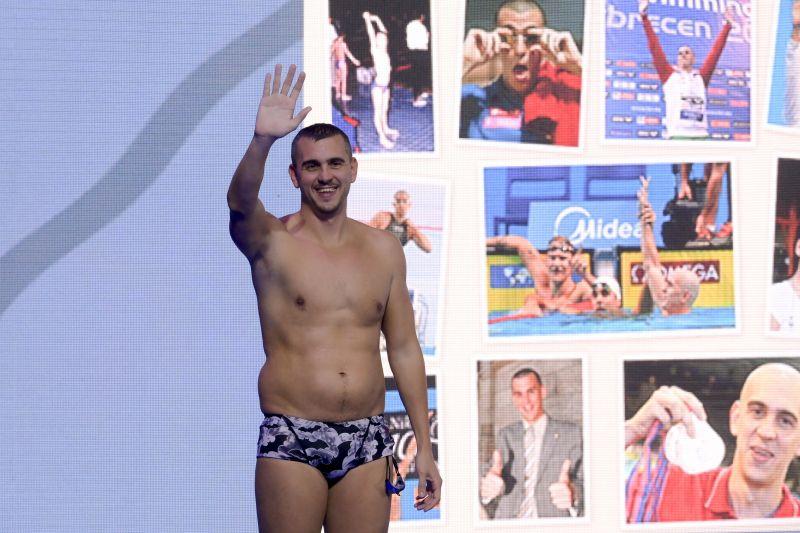 Megható: ez volt Cseh László utolsó úszása sportolótársai gyűrűjében