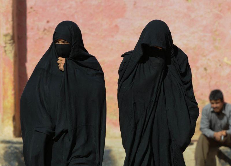 Kitoloncoltak egy nőt Belgiumból, amiért nem fedte fel az arcát