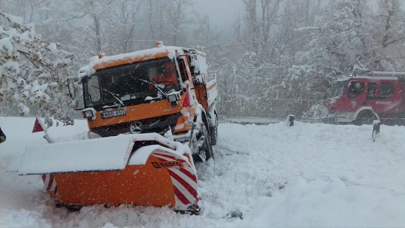 Elakadt a hókotró Dobogókőn a 40 centis hóban
