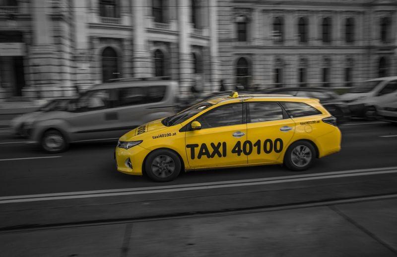Nem adott számlát, majd elrabolta az adóellenőröket egy budapesti taxis