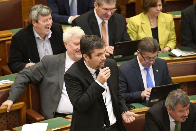 A terrorveszéllyel indokolták Hadházyék igazoltatását Orbán háza előtt