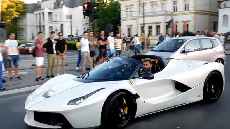 Ferrarival döngölt a Hősök terén a milliárdos