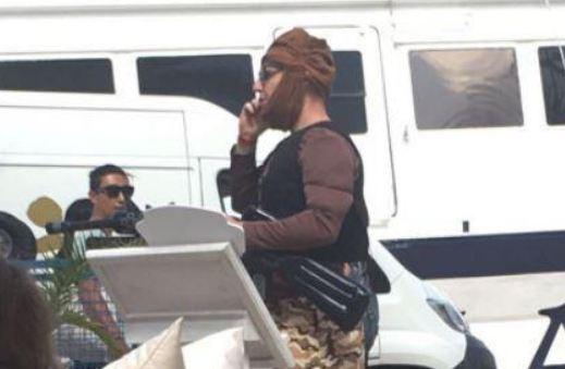 Terroristának öltözve ijesztgetett a legénybúcsún – nem találták viccesnek